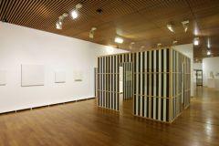Daniel Buren Hommage à Henryk Stazewski, Cabane éclatée avec tissu blanc et noir, travail situé, 1985-2009